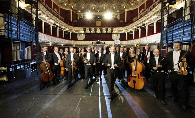 Es spielt das Orchester der Bühne Baden unter der Leitung von Franz Josef Breznik. Es singen Patricia Nessy und Reinwald Kranner. © Bühne Baden
