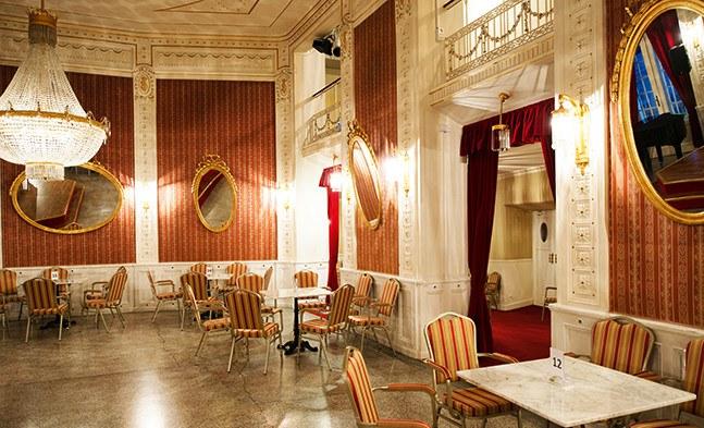 """Viermal im Jahr findet im Max-Reinhardt-Foyer ein Operettencafé statt. In gemütlicher Runde können Sie bei Kaffee und Kuchen originelle und interessante Diskussionen zum Thema """"Operette"""" miterleben."""