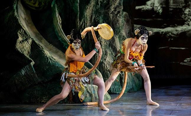 Im Dschungel ist der Beat los: Das Affenorchester (Karina Gieler, Anastasia Egorova) heizt den Akteuren so richtig ein