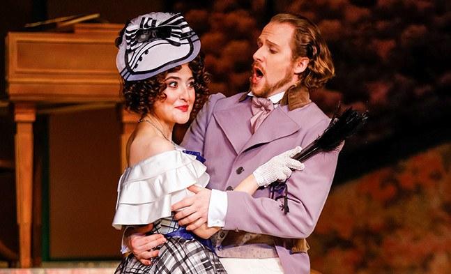 Weiss ihre Reize gekonnt in Szene zu setzen: Hoftheatersängerin Giuditta Grisi (Sera Gösch) bringt ihren Verehrer Baron Schober (Clemens Kerschbaumer) arg in Bedrängnis