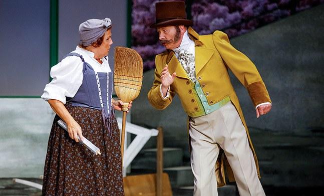 Leg dich nie mit der Hausbesorgerin an: Frau Brametzberger (Michaela Mock) läßt sich von Hofglasermeister Tschöll (Peter Faerber) nicht unterkriegen.