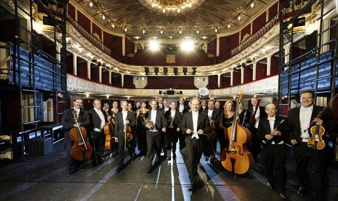 Das Orchester der Bühne Baden präsentiert ein Cross Over aus den populärsten Hits der österreichischen Popszene. © Bühne Baden