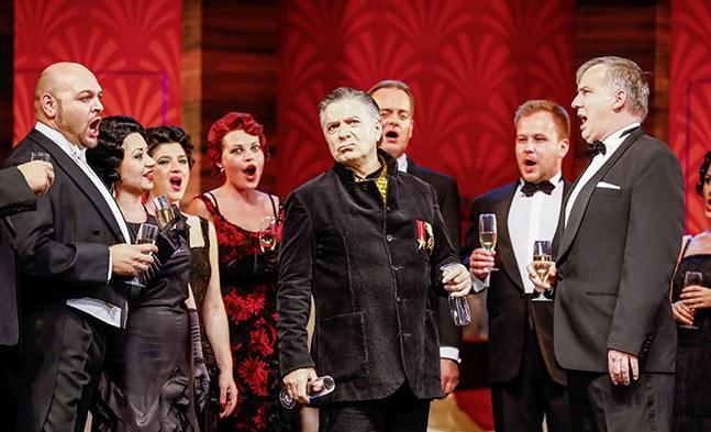 Etwas skeptisch: Fürst Basil Basilowitsch (Alfred Pfeifer) mit dem Chor der Bühne Baden.