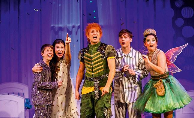 Auf nach Nimmerland! Die Kinder der Familie Darling (Jonas Peter Zeiler, Moritz Mausser, Conny Mooswalder), Peter Pan (Oliver Liebl) und Tinker- Bell (Marina Petkov) machen sich auf den Weg.