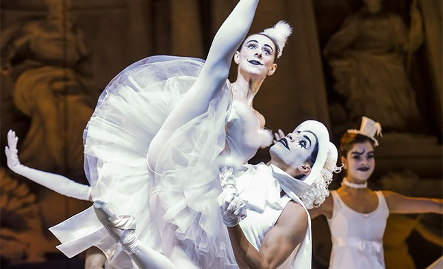 Der Carneval in Rom findet auch auf der Straße statt: Maria Penyaz und Tiago Augusto Mendes Silva vom Ballett der Bühne Baden.