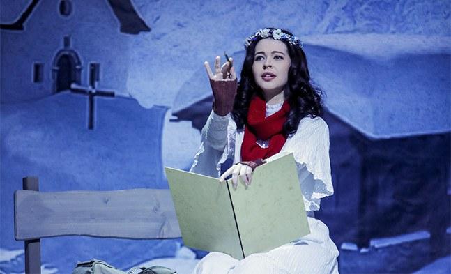 In einem verschneiten Kärntner Alpendorf lässt sich Marie (Jerica Steklasa) von der malerischen Kulisse inspirieren ...