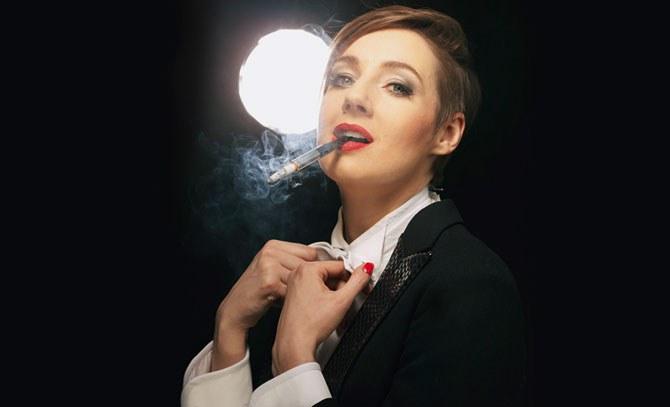 Bettina Mönch gelingt als verarmter Sängerin Victoria der große Durchburuch. Als Victor wird sie/er zum gefeierten Bühnenstar auf den Pariser Bühnen der 30er Jahre. © Bühne Baden