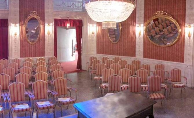 Das Operettencafé lädt ins Max-Reinhardt-Foyer. © Bühne Baden