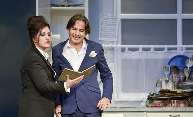 Die öffentliche Meinung (Katharina Dorian) klärt Orpheus (Alexandru Badea) über seine Pflichten auf.