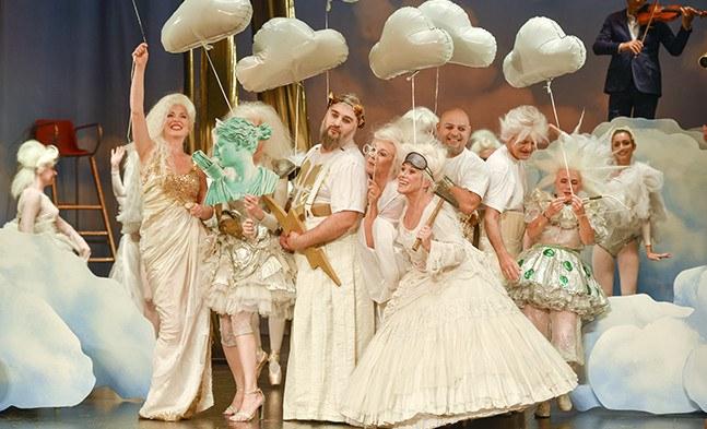 Party! Party! Party! Die himmlichen Götter auf dem Weg zu einer höllischen Sause in der Unterwelt.