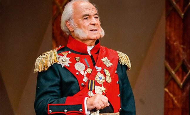 Der Großfürst (Gerhard Balluch) ist von dem Plan, dem Zarewitsch eine Frau zuzuführen, nicht gerade begeistert.
