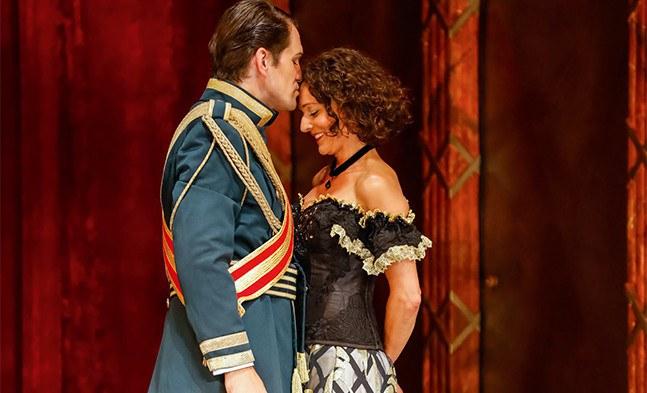 Jetzt taut Alexej, der Zarewitsch, (Jevgenij Taruntsov) gegenüber Sonja (Maya Boog) schon etwas auf.