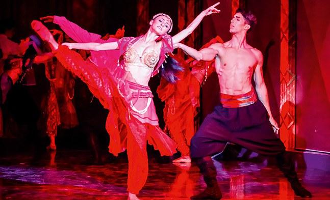 Orientalischer Flair durch das Ballett der Bühne Baden (Karina Gieler und Tiago Augusto Mendes Silva).