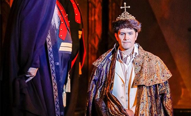 Alexej, der Zarewitsch (Jevgenij Taruntsov), fügt sich seiner Bestimmung und wird zum Zaren von Russland gekrönt ...
