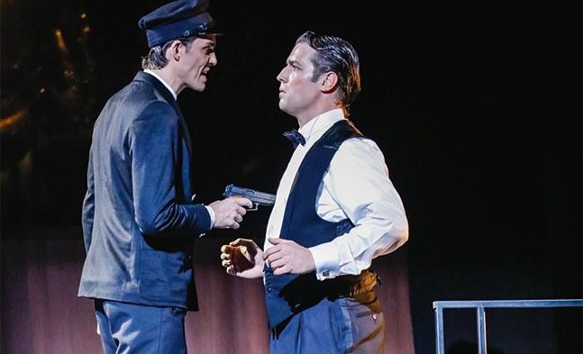 Der Baron (Julian Looman) schuldet seinem Boss noch viel Geld, und der will nicht warten (im Bild links Alexander Donesch)