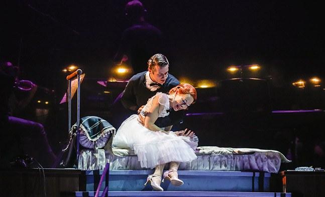 Haben in einander endlich die wahre Liebe gefunden: die Diva (Sona MacDonald) und der Hochstapler (Julian Looman).