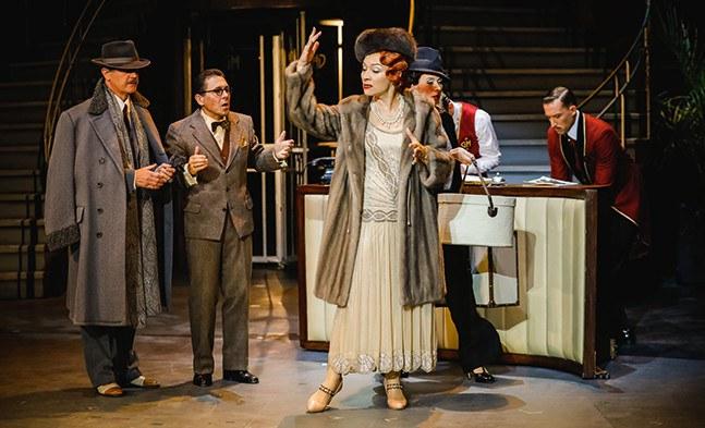 Die Diva (Sona MacDonald) ist entzürnt - und der Theaterimpresario (Tibor Szolnoki) und der Ballettmanager (Beppo Binder) sind ratlos. (Im Hintergrund: Katja Berg).