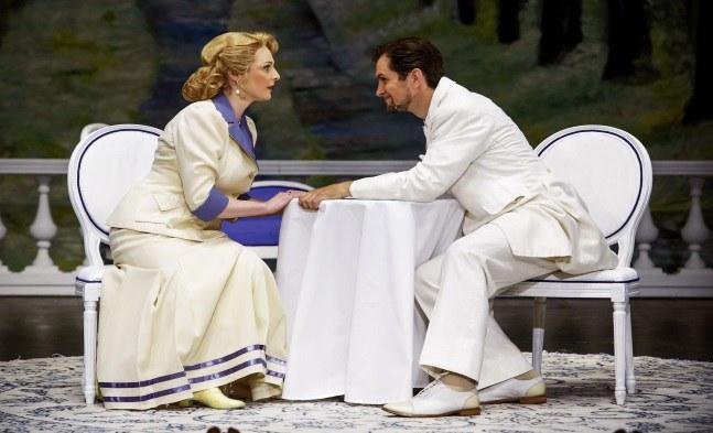 Fürstin Fedora Palinska (Nicola Becht) erfährt das Geheimnis des Mister X. (Jevgenij Taruntsov)