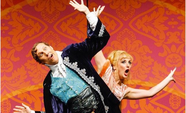 Der Fürst (Ralf Simon) nimmt sein kleines Stelldichein mit Bella Giretti (Barbara Pöltl) von der heiteren Seite