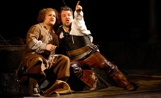 Auf eine abenteuerliche Reise begeben sich Cervantes (Jochen Schmeckenbecher) und sein Diener Sanco Pansa (Glenn Desmedt).  © Christian Husar