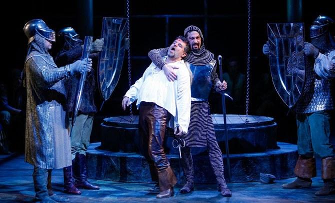 Don Quixote (Jochen Schmeckenbecher) und der Herzog (Artur Ortens) spielen die Geschichte vom Ritter von der traurigen Gestalt.  © Christian Husar