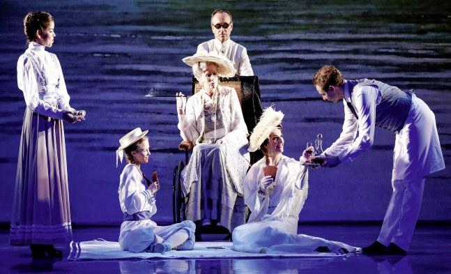 Drei Generationen Armfeldt: Frederika (Vanessa Zips), Madame Leonora (Karin Pagmar) und Desiree (Patricia Nessy), ferner Frid (Franz-Josef Koepp) und Ballett (Patricia Moura Brandao und Jan Bezak).