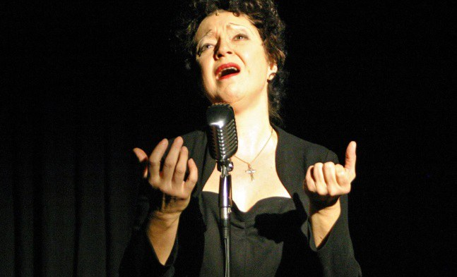 Edith Piaf – Anna-Maria Birnbauer in der Titelrolle der musikalischen Biografie über den Spatz von Paris. © Bühne Baden