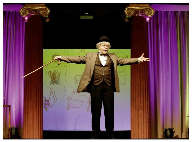 Der junggebliebene Opa erklärt dem jungen Publikum im Stadttheater Baden mit beschwingten Musik- und Gesangsnummern, wie mitreißend Operette auch heute noch ist. © Bühne Baden