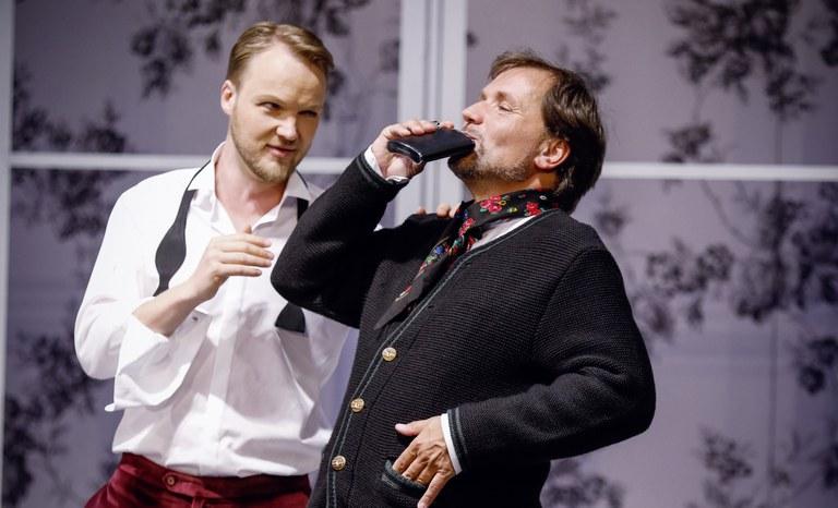 Und noch ein Schluck - Falke (Sebastian Huppmann) und Eisenstein (Sebastian Reinthaller) wärmen sich auf.
