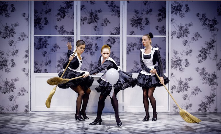 Furioses Dienstmädchen-Ballett im Hause Eisenstein.