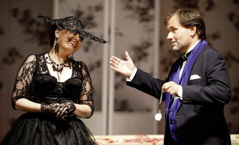 """""""Oh ist dieses Ührchen schön"""" - Rosalinde (Barbara Payha) und Eisenstein (Sebastian Reinthaller)."""