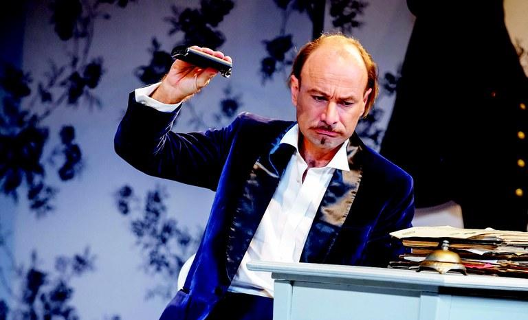 Gefängnisdirektor Frank (Andreas Jankowitsch) ist auch nicht mehr ganz nüchtern.