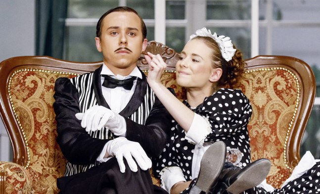 Ein kleiner Flirt unter Dienstboten: Martin Fischerauer (Franz), Vanessa Zips (Theresa)