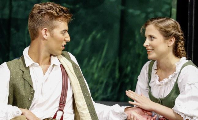 Starke Gefühle: Vincenz (Maximilian Mayer) und Annamirl (Laura Scherwitzl)