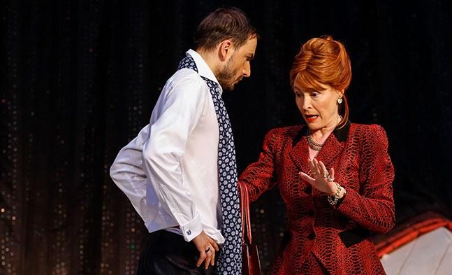 Lady Bracknell (Babett Arens) hat ein strenges Wörtchen mit ihrem Neffen Algernon (Fabian Krüger) zu reden.