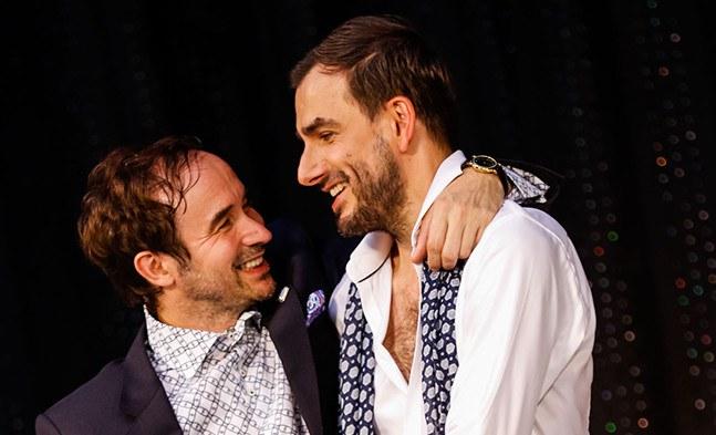 Ein Bild von einer Männerfreundschaft: John Worthing (Pascal Lalo) und Algernon Moncrieff (Fabian Krüger) haben zudem auch noch ein gut gehütetes Geheimnis.