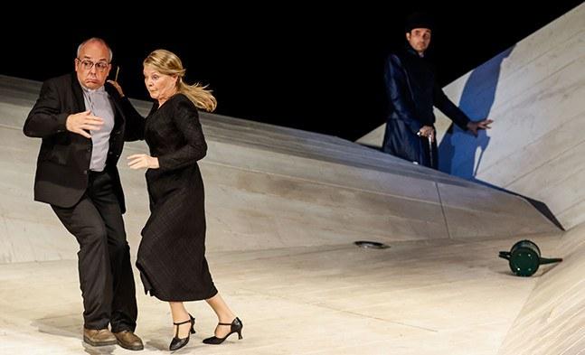Erwischt! - Pastor Chasuble (Michael Scherff) und Miss Prism (Cornelia Köndgen) fühlen sich von John Worthing (Pascal Lalo) sichtlich gestört.