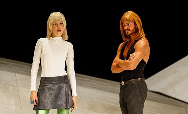 Lane (Pascal Groß) überbringt Cecily (Lisa Weidenmüller) eine interessante Nachricht.