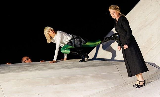 Der Pastor (Michael Scherff) betritt zur Freude von Miss Prism (Cornelia Köndgen) die Szene. Cecily (Lisa Weidenmüller) beobachtet genauestens die Situation.