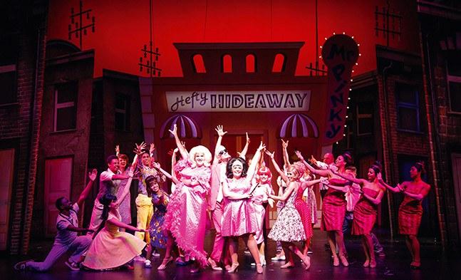 Neu eingekleidet in einen Traum von Pink: Tracy Turnblad (Marja Hennicke), ihre Mutter Edna (René Rumpold) und Ensemble