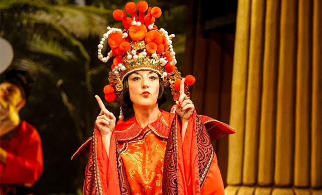 Prinzessin Mi (Barbara Pöltl) nimmt die strengen Traditionen ihres Landes nicht ganz so ernst ...