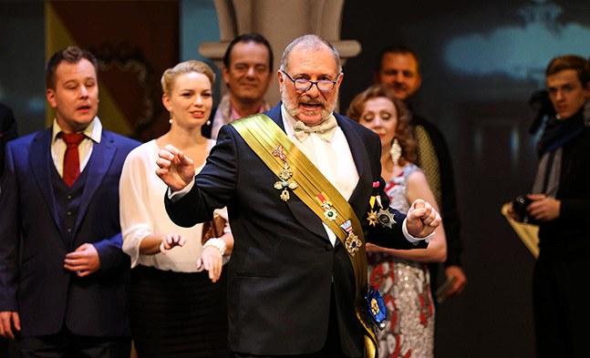 """Ferdinand Lichtenfels (Rupert Bergmann) freut sich über die gelungene diplomatische Mission mit dem """"Land des Lächelns""""."""
