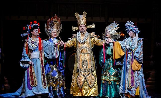 Sou Chong (Sebastian Reinthaller) mit seinen vom Oheim traditionell ausgesuchten Bräuten (Kerstin Raunig, Alice Waginger, Anu Sifkovits, Christine Pauls).