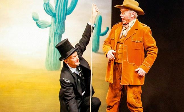 Es wird Maß genommen im wilden Westen: Mr. Needle (Robert Sadil) und Chromarty (Franz Födinger).