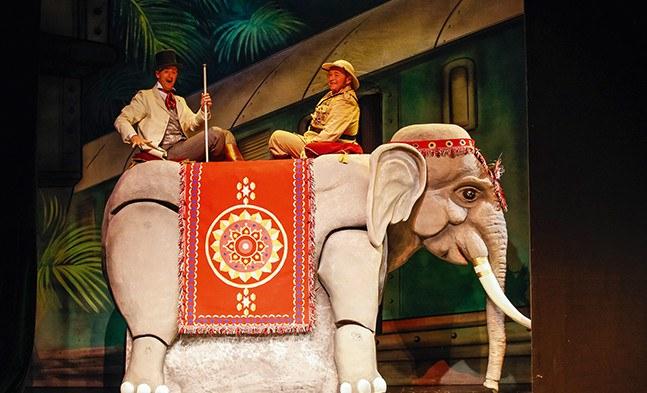 Hoch zu Ross - pardon - Elefant: Phileas Fogg (René Rumpold) und Major General Chromarty (Franz Födinger).