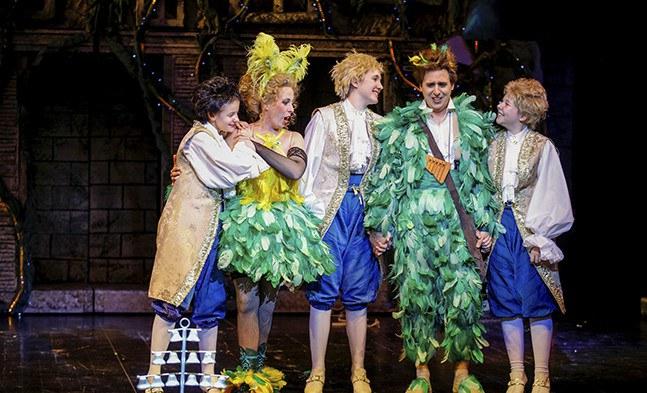 Papageno (Christoph Filler) hat endlich seine Papagena (Kerstin Grotrian) gefunden (mit Maria Weber, Hannah Moser und Helene Mühlbacher von den Gumpoldskirchner Spatzen)