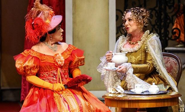 Frauengespräche I: Contessa Giulietta (Sylvia Rieser) und Meisterin Margarete (Elisabeth Flechl).