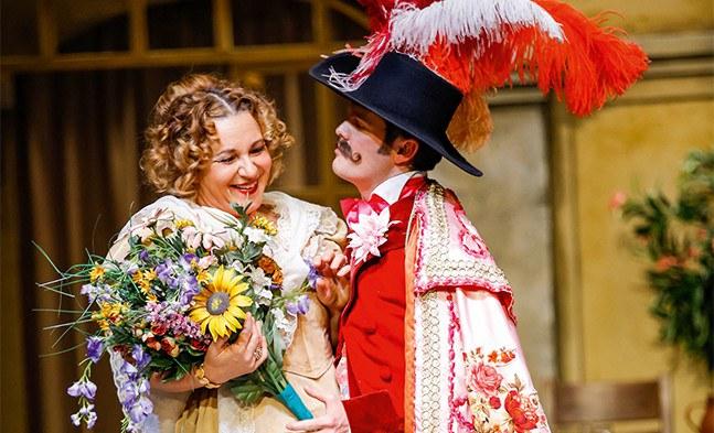 Ob das wahre Liebe ist? Margarete (Elisabeth Flechl) und Graf Jaromir v. Greifenstein (Andreas Sauerzapf).