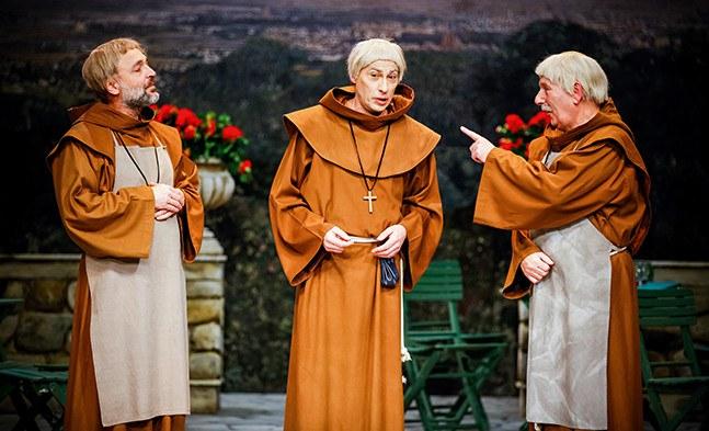 Bruder Peregrinus (Franz-Josef Koepp), Bruder Igantius (Artur Ortens) und Bruder Bruder Severin (Walter Schwab) beim Fachsimpeln in Klosterneuburg.