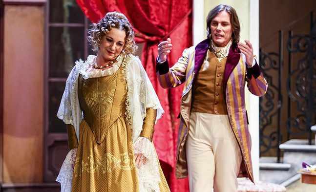 Da bahnt sich etwas an: Margarete (Elisabeth Flechl) ist von den Avancen ihres Gesellen (Reinhard Alessandri) sichtlich angetan.